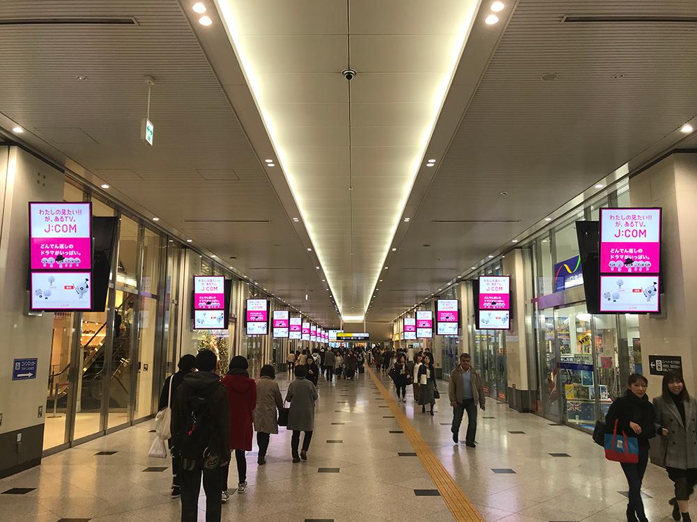 大阪駅NGB1階東西通路デジタルサイネージ30面セット